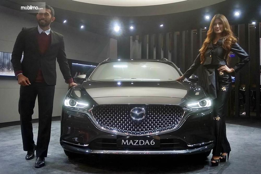 Dua orang model berpose bersama Mazda6