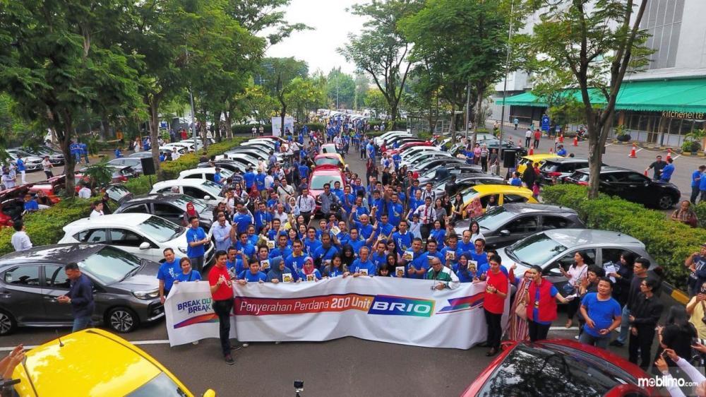 Foto bersama 200 konsumen pertama All New Honda Brio