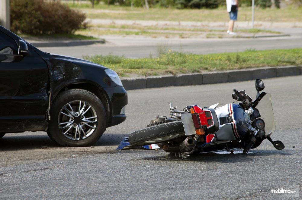 Foto sepeda motor ditabrak mobil