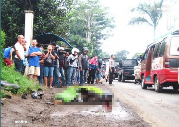 Foto pemotor tewas di jalan raya