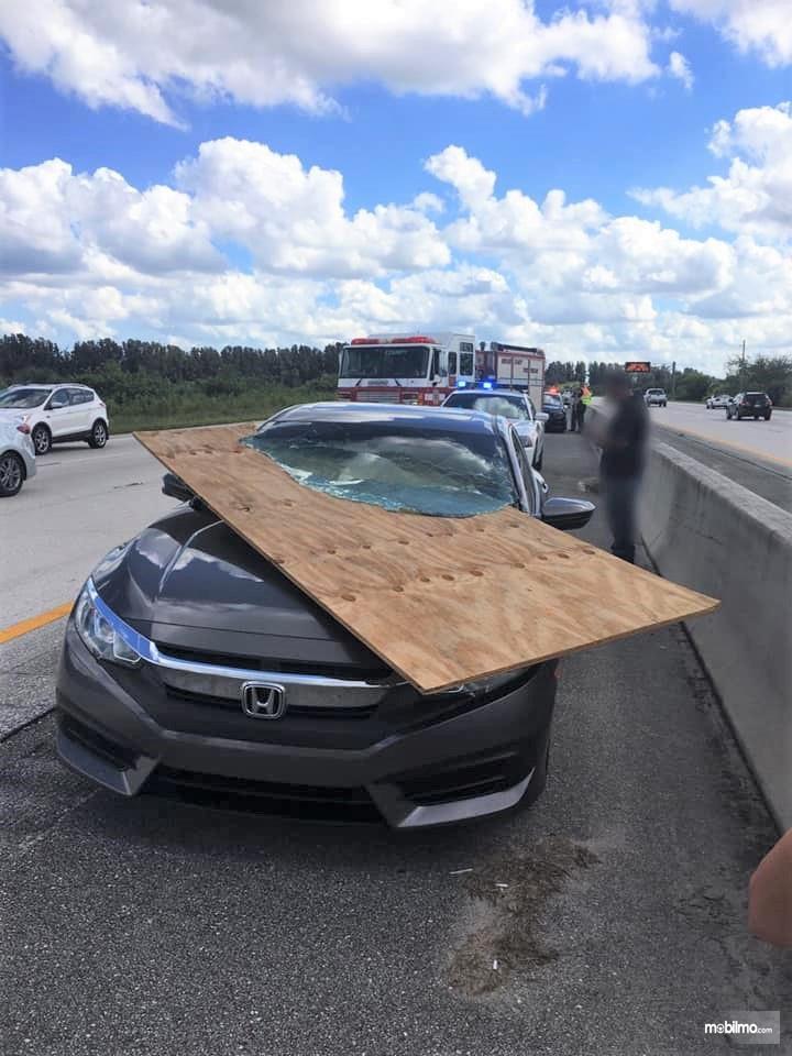 Foto kaca mobil Honda Civic tertembus selembar triplek