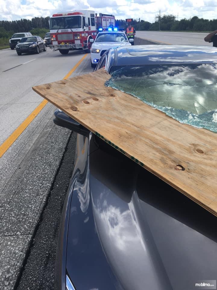 Foto kaca mobil ditembus tripleks tanpa pecah