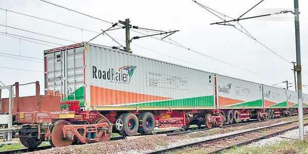 Gambar yang menunjukan RoadRailer di lintasan kereta api