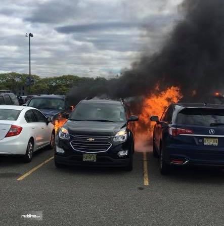 Foto mobil-mobil terbakar di tempat parkir
