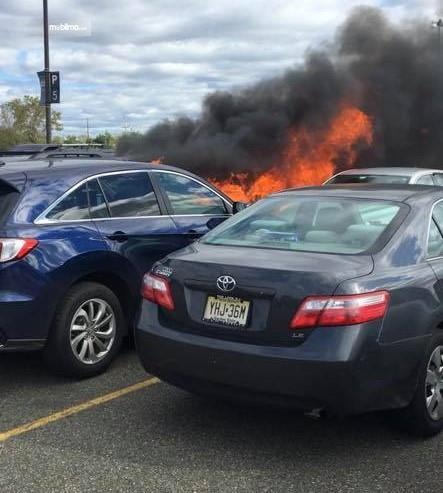 Foto mobil-mobil terbakar di parkiran