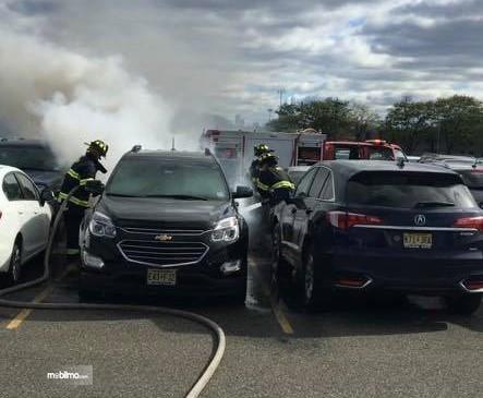 Foto mobil terbakar di halaman parkir stadion
