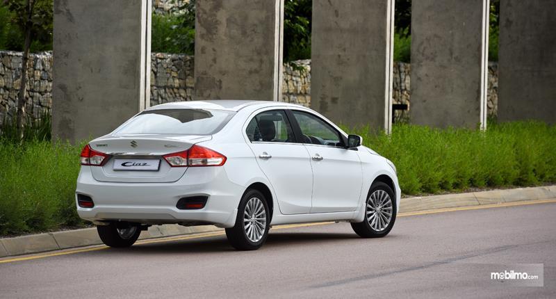 Gambar yang menunjukan Suzuki Ciaz generasi pertama
