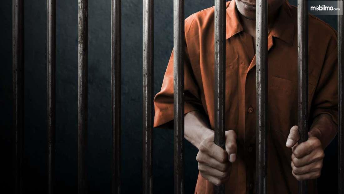 Gambar yang menunjukan seorang narapidana di penjara