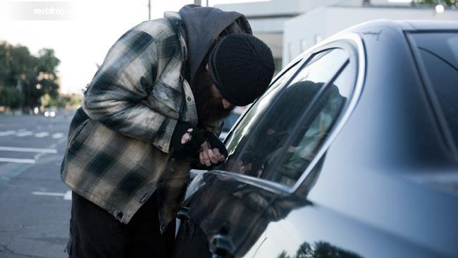 Gambar yang menunjukan seorang pencuri mobil