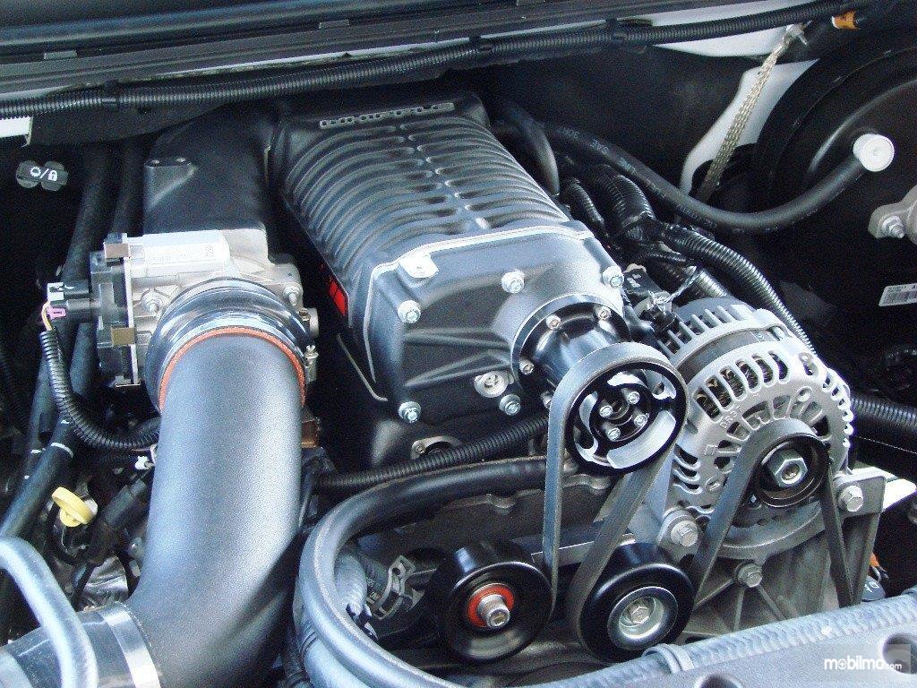 Tampak foto mesin yang dilengkapi dengan supercharger