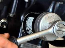 Tampak sebuah gambar ilustrasi penggantian filter oli