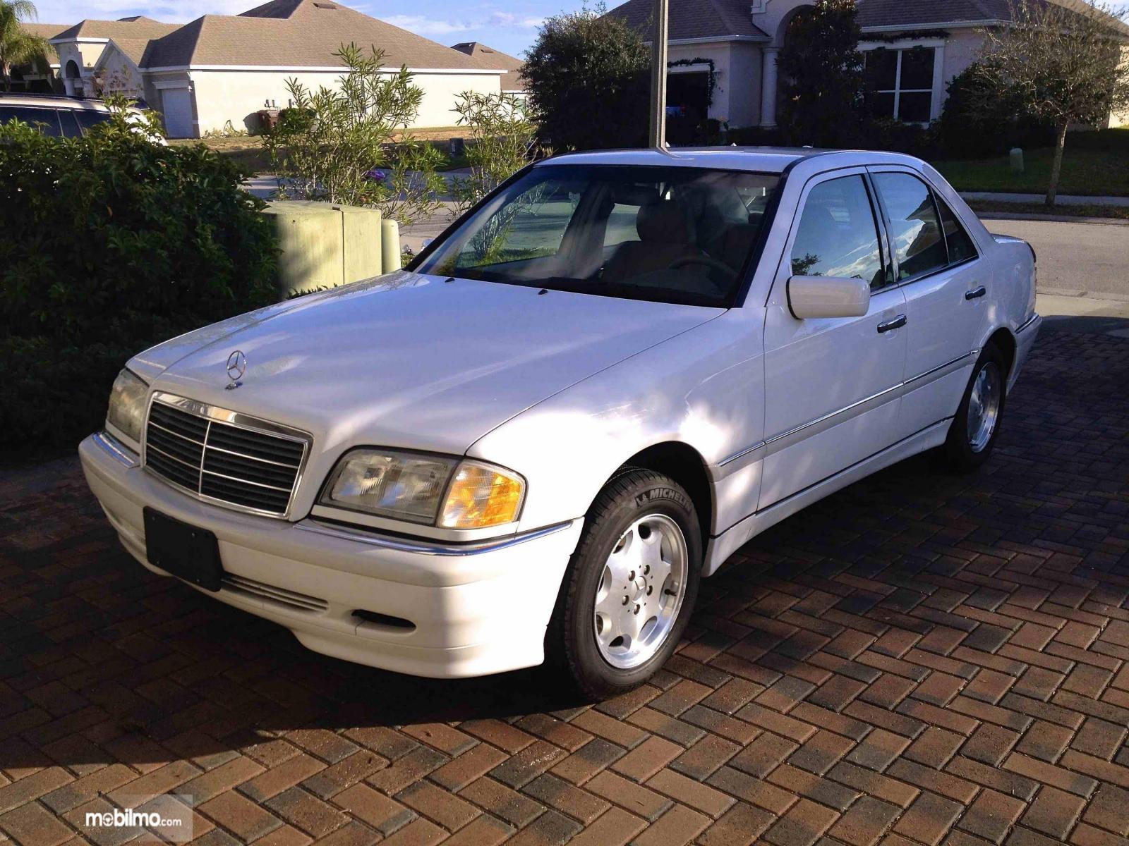 Tampak sebuah Mercedes-Benz C230 Kompresor warna putih tahun 1995-2000