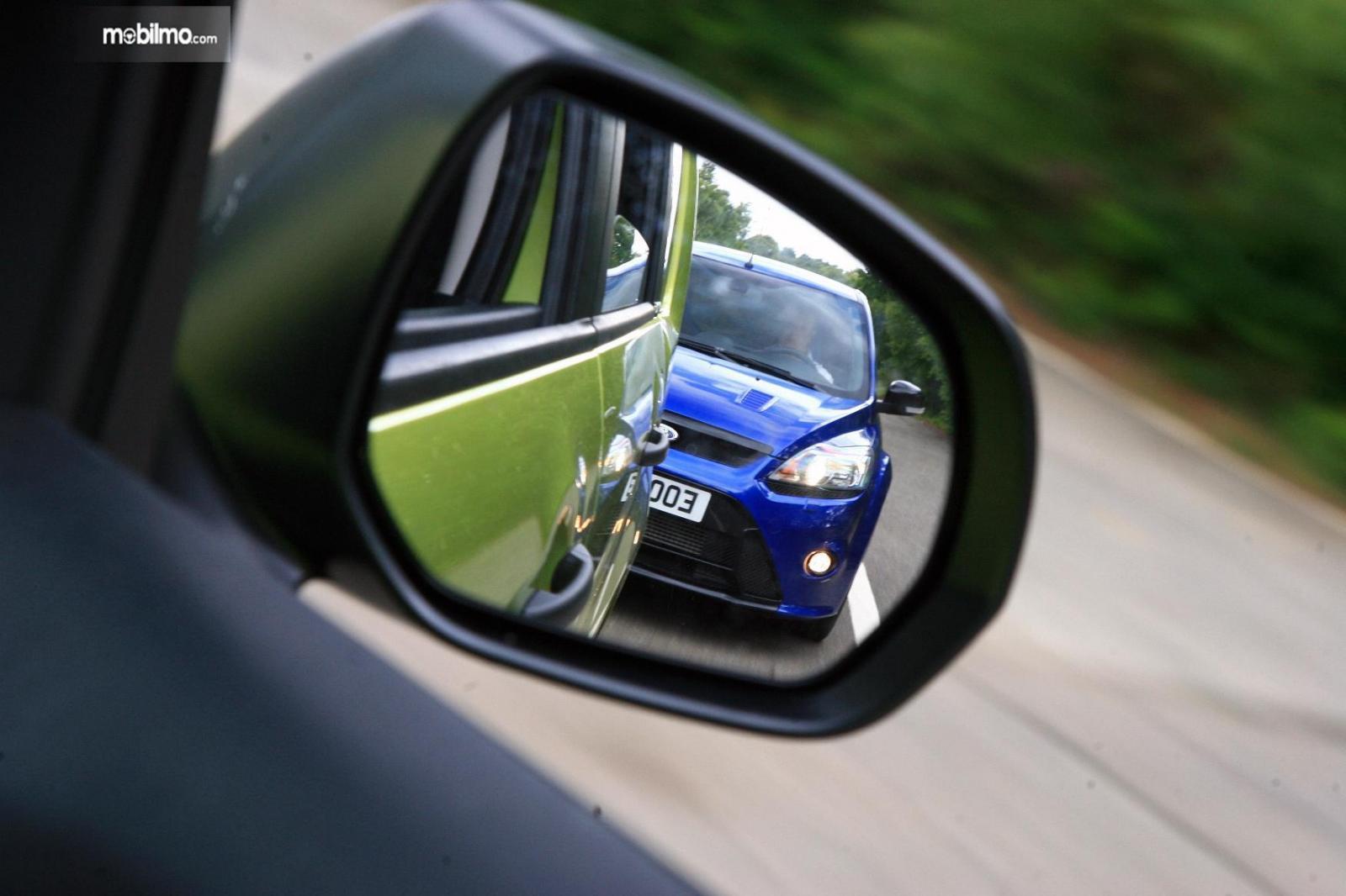 Foto mobil siap menyalip terlihat di spion