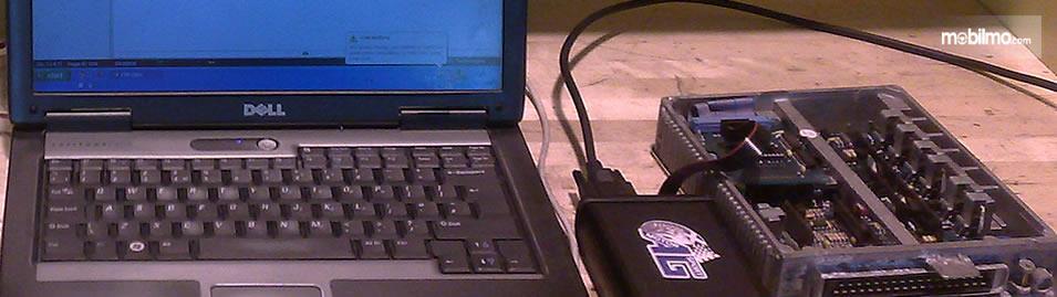 Tampak sebuah laptop dengan program ulang ECU