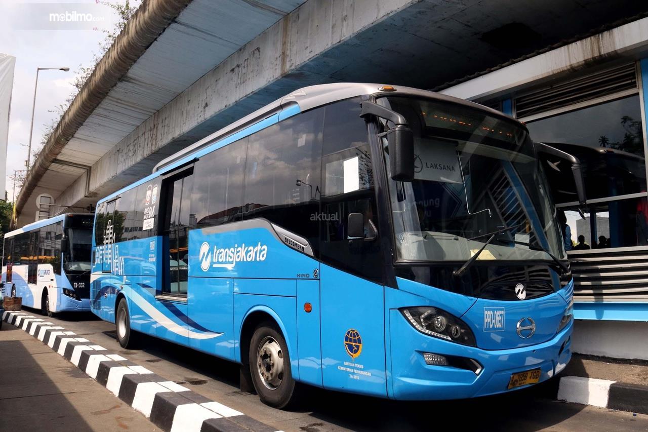 Foto Bus Transjakarta menunggu penumpang