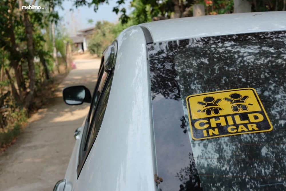 Foto Stiker di kaca belakang mobil