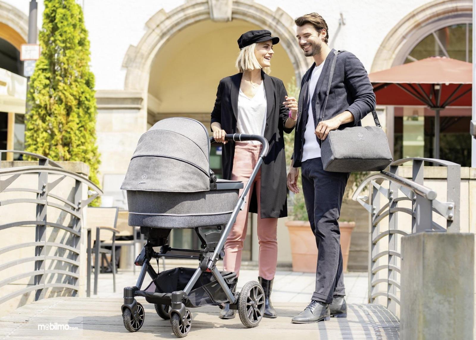 Gambar yang menunjukan pasangan dengan strolley Mercedes