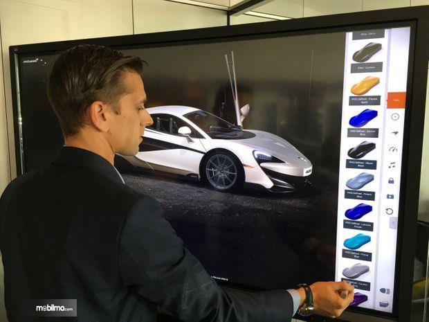Gambar yang menunjukan pelanggan memilih warna mobil McLaren
