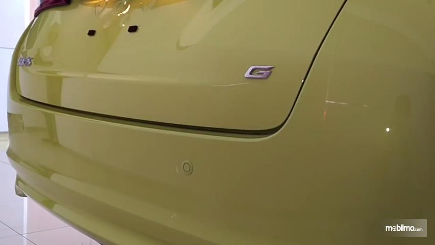 Gambar yang menunjukan bagian belakang Toyota New Yaris 1.5G A/T