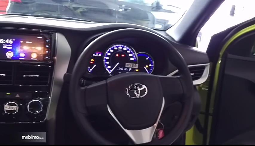 Gambar yang menunjukan kemudi Toyota New Yaris 1.5G A/T