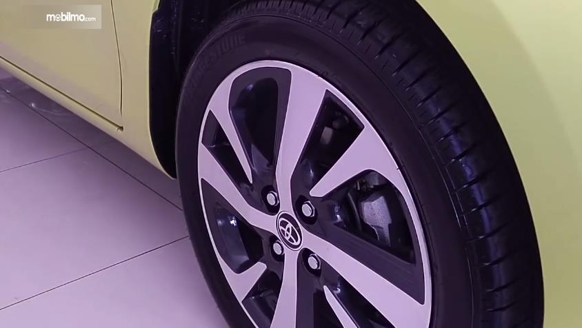 Gambar yang menunjukan velg Toyota New Yaris 1.5G A/T