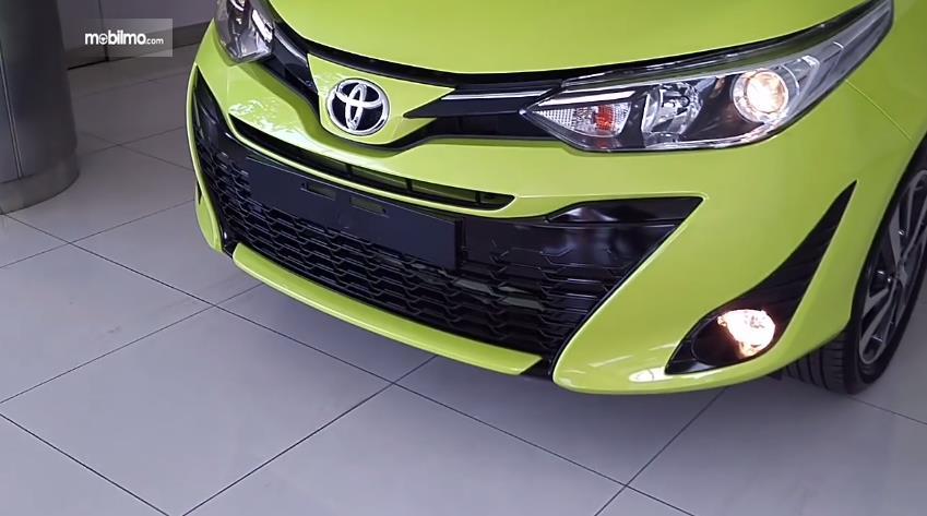 Gambar yang menunjukan bagian depan Toyota New Yaris 1.5G A/T