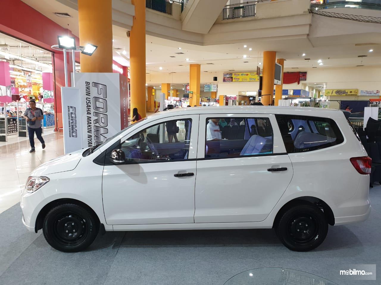 foto Wuling Formo minibus tampak samping