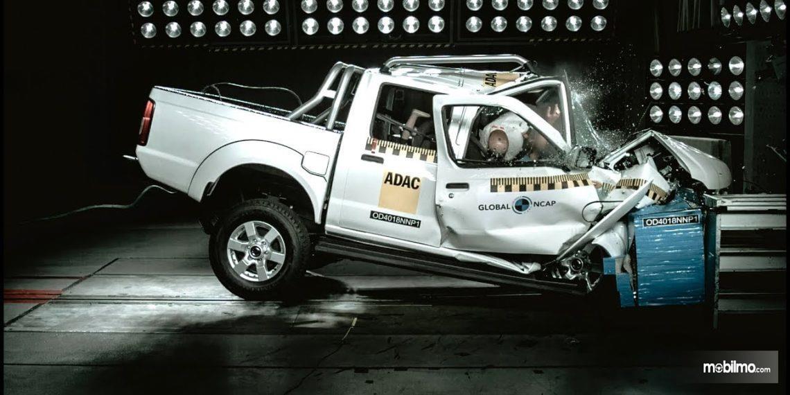 Gambar yang menunjukan uji keselamatan Nissan NP300 Hardbody