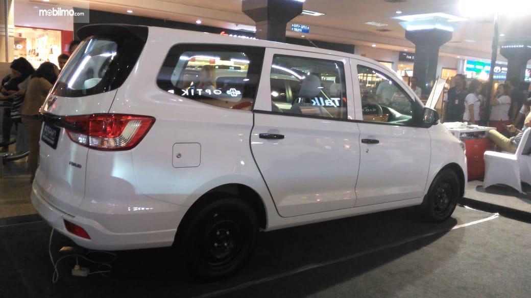 Foto Wuling Formo minibus tampak dari belakang