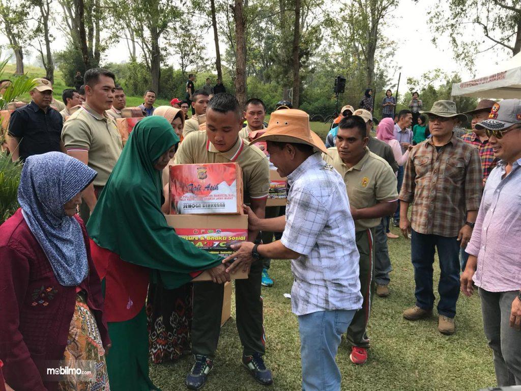 Foto bakti sosial komunitas off road bersama TNI