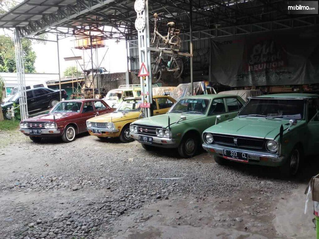 Foto Mobil tua sedang menanti ditangani di bengkel