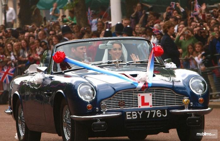 Gambar Aston Martin DB6 Volante Pangeran William