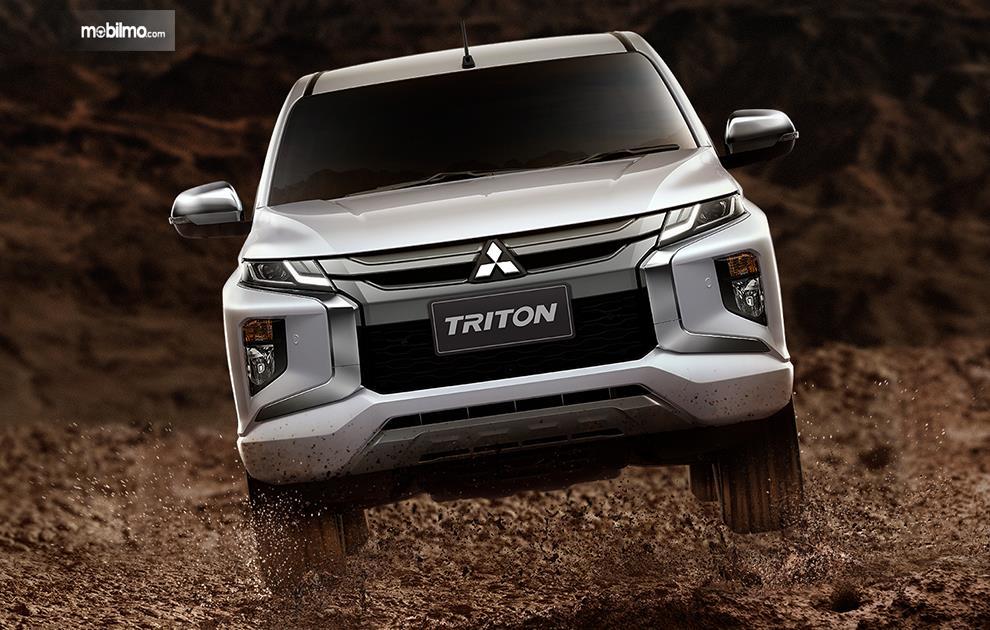 Gambar tampilan depan mobil Mitsubishi Triton 2019 berwarna silver