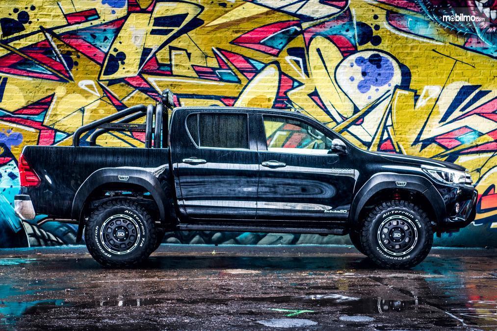 Gambar tampilan samping Toyota Hilux Invincible 50 2018