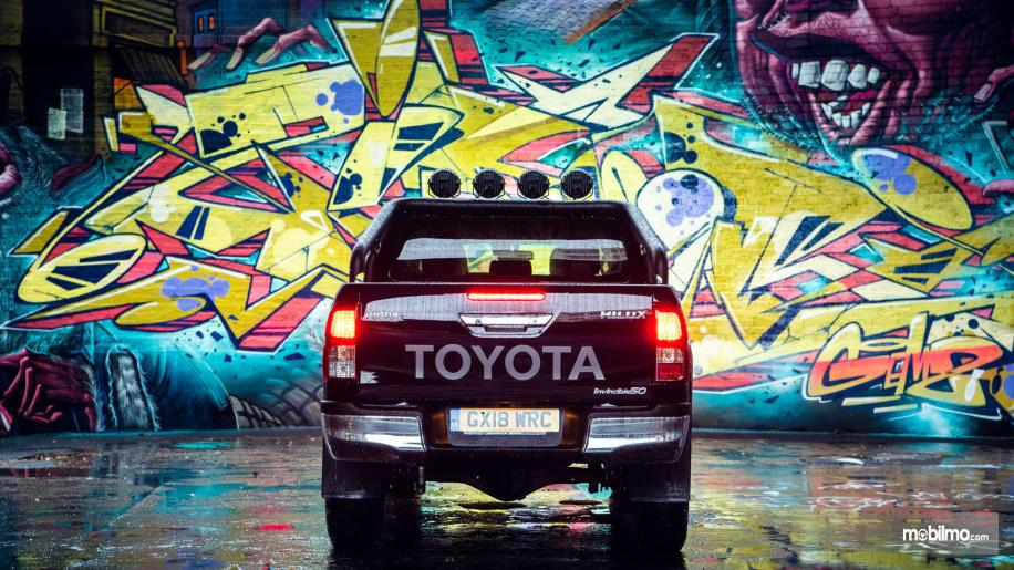 Gambar tampilan belakang Toyota Hilux Invincible 50 2018