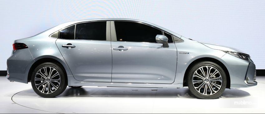 Gambar tampilan samping Toyota Corolla Altis 2019