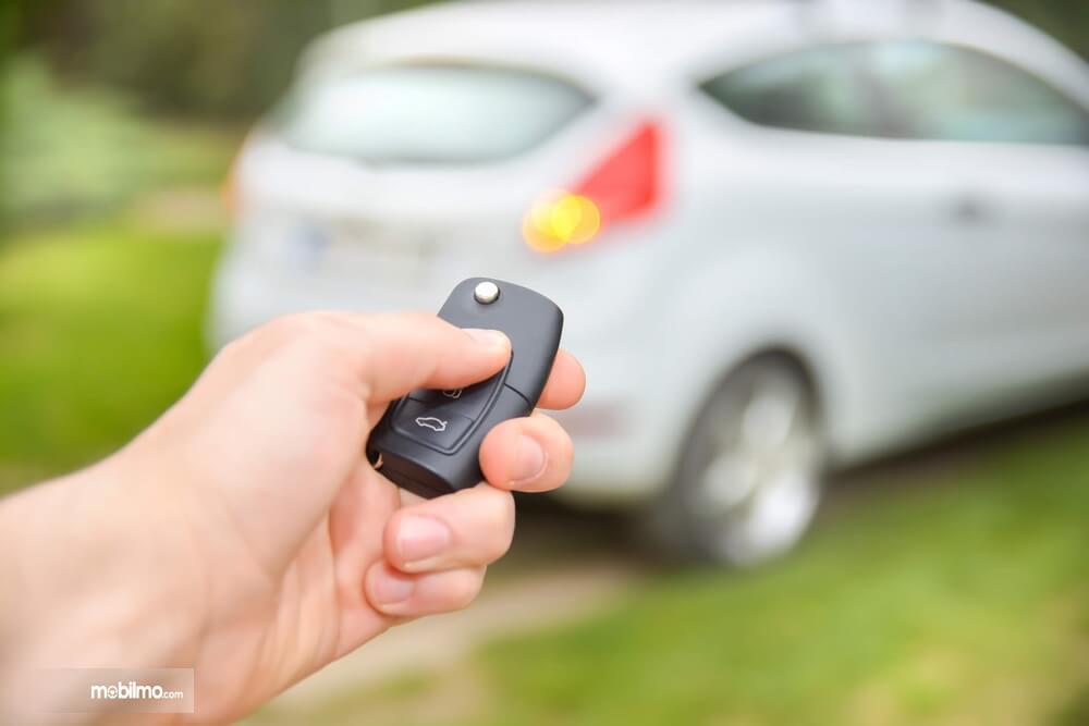Foto seorang gunakan alarm mobil