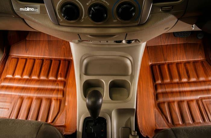 Foto karpet mobil warna coklat