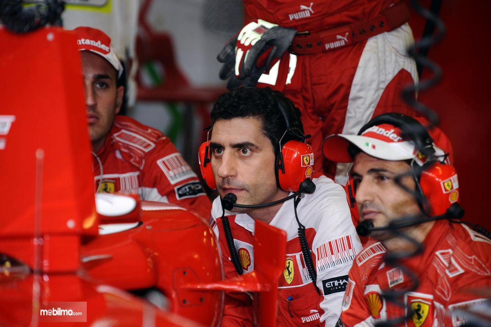 Gambar teknisi Ferrari di F1