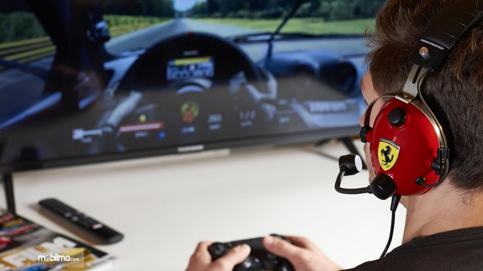 Gambar pengguna headset Theustmaster edisi Ferrari