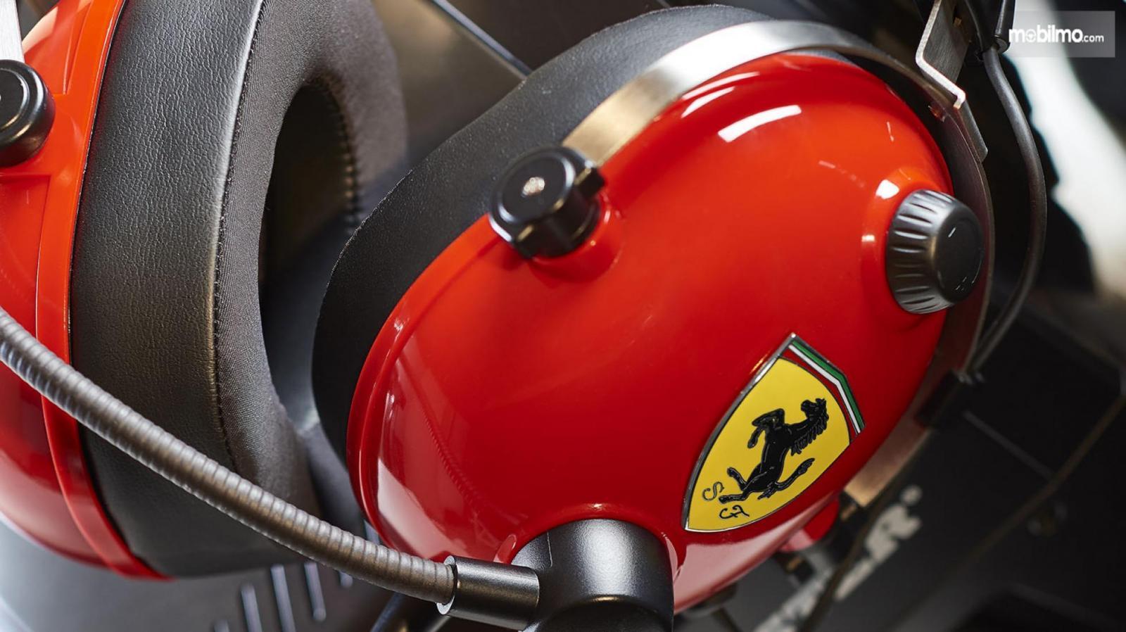 Gambar desain headset Thrustmaster edisi Ferrari