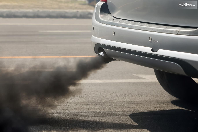 Foto asap hitam knalpot mobil