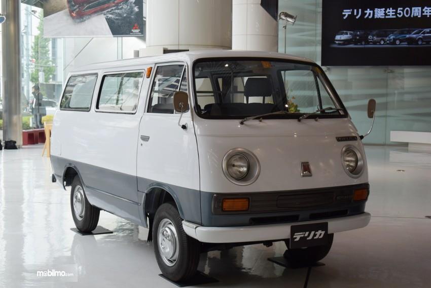 Gambar generasi pertama Mitsubishi Delica