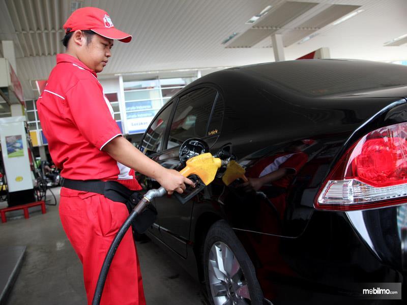 Tampak sebuah Honda Civic berkode bodi FD menggunakan bensin Premium