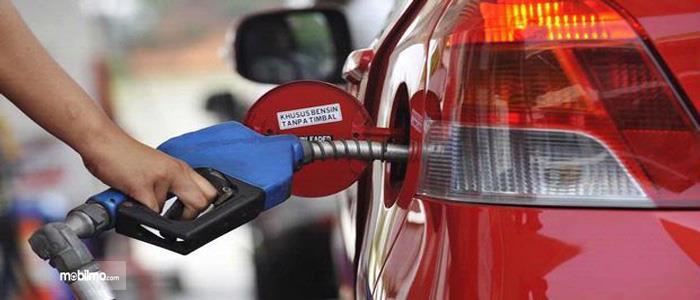 Tampak Toyota Yaris isi Pertamax sedang diisi bahan bakar