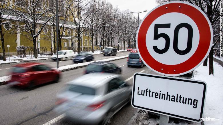 Gambar batas kecepatan di jalan