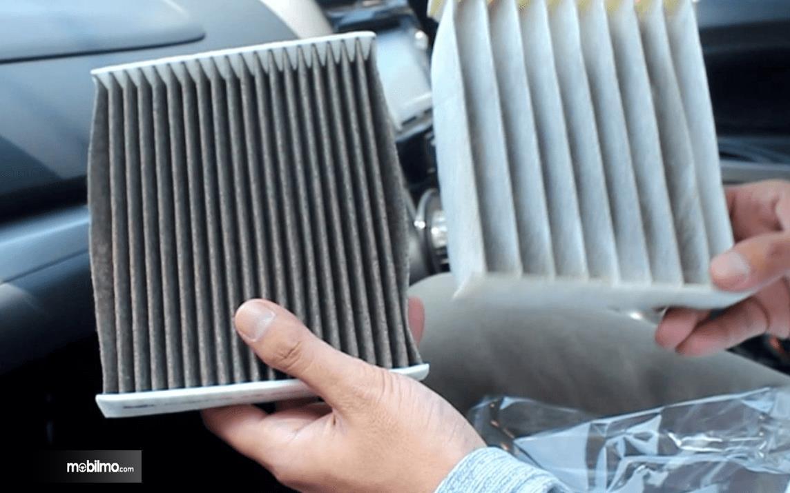 Foto filter AC sedang diganti