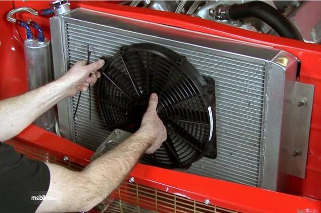 Sedang memeriksa kondisi kondensor AC