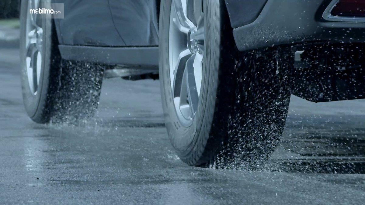 Foto ban mobil menembus hujan