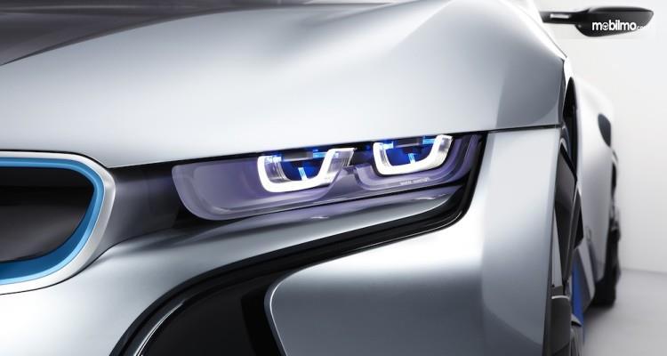Foto lampu mobil BMW i8 bening dan tajam